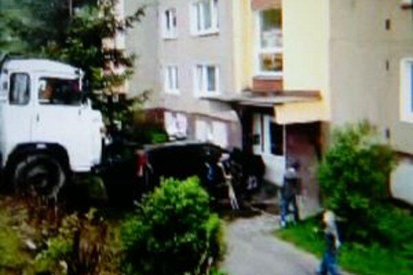 Terénne auto skončilo po náraze Avie v stene bytovky.