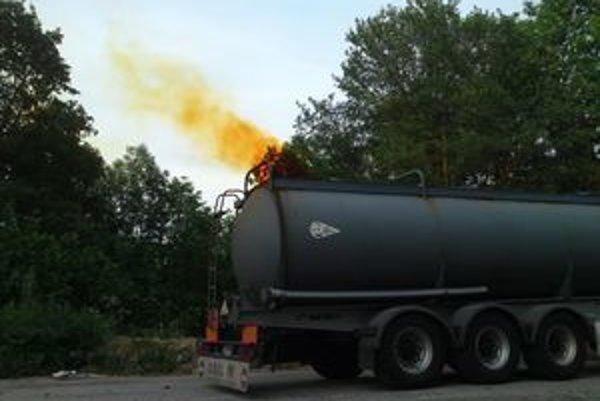 Zo slovinského kamióna unikla kyselina dusičná.