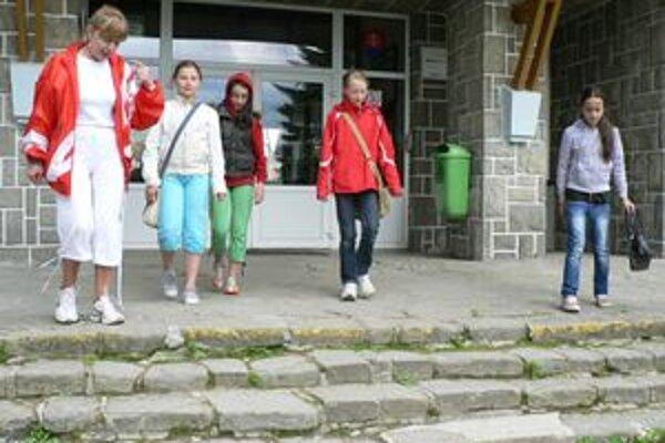 Blížia sa letné prázdniny, v Oravskom Veselom to tak ale nevyzerá. Učitelia i žiaci sedia v škole v hrubých bundách a vestách.