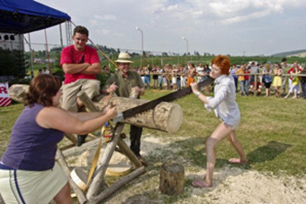 Pílenie dreva. Jedna z mnohých zábavných súťaží.
