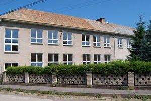 Škola pre žiakov prvého stupňa. Ostatní dochádzajú do Krušetnice.
