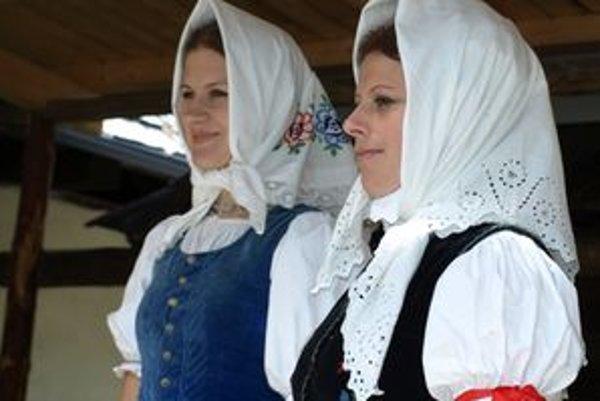 Vydaté ženy nosievali čepce, ktoré si mohli obmieňať so šatkami.