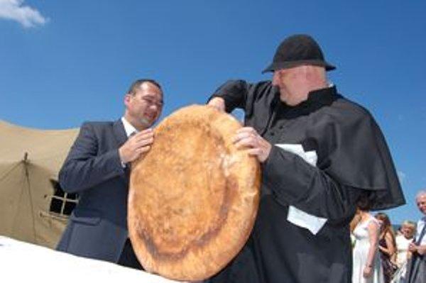 Obrovský dožinkový chlieb pokrájal Marián Murín spolu s miestnym farárom.