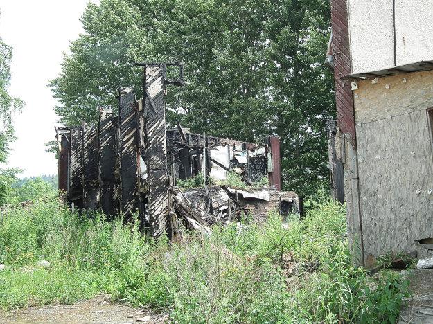 Niektoré časti budovy ešte stoja.