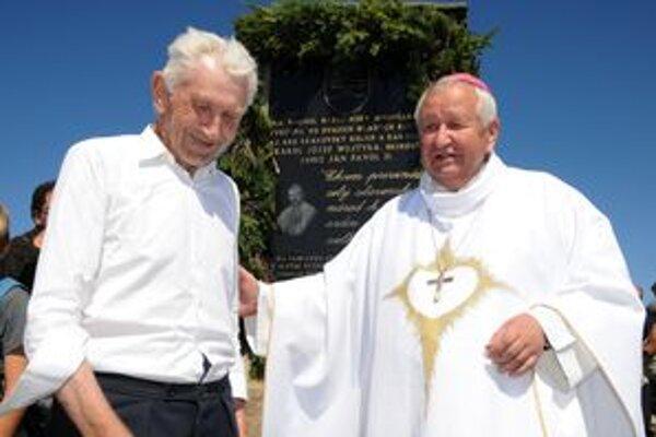 Ján Cubinek s biskupom Štefanom Sečkom na vrchole Babej hory.