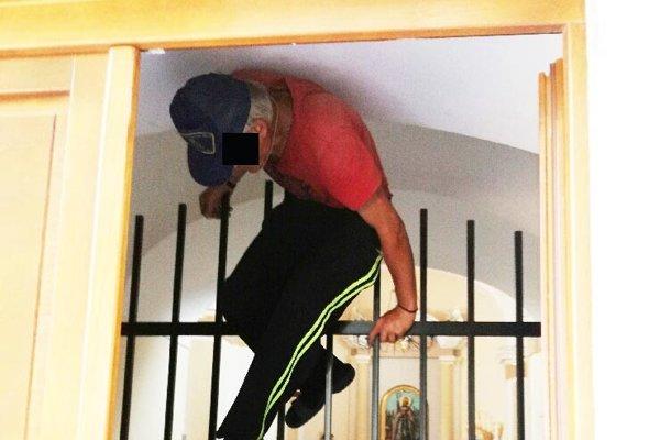 Zlodej zostal zaseknutý medzi mrežou a stropom.