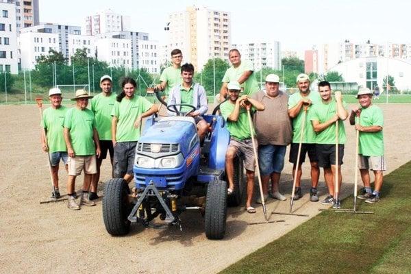 Partia pracovníkov spoločnosti Eurogreen, ktorá položila trávnik na Čermáni.