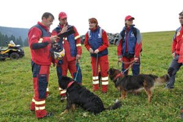 Záchranári pripravujú plán akcie.