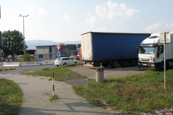 V niektorých situáciach vodiči pre odstavené vozidlá majú zhoršený výhľad na železničné priecestie.