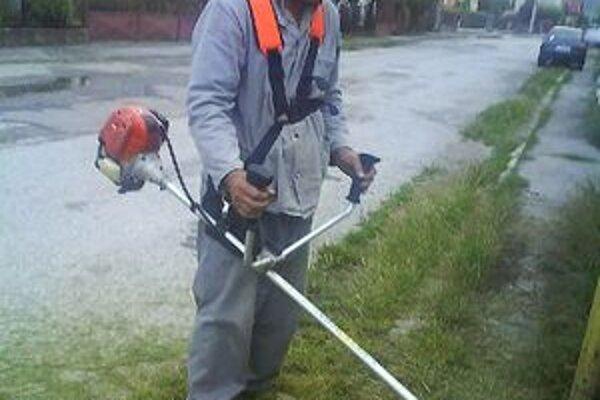 Marián Trenčan pokosil trávu pri zastávke.