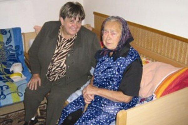 Chorá a osamelá Žofia Bajčiová sa zo starého domu vo Veličnej presťahovala do Domova dôchodcov v Terchovej. Doma sa o ňu nemal kto postarať, pomáhala jej suseda Daniela Šenšelová (vľavo).