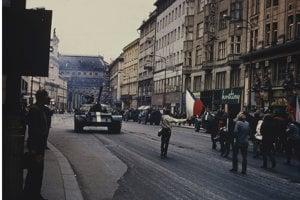 Sovietsky tank v uliciach Prahy.