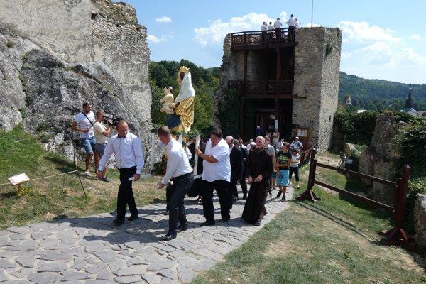 Madonu s dieťaťom vrátili na hrad pred rokom.