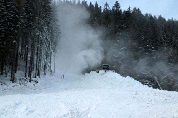 Zasnežovanie. Vlani spustili sezónu na Spálenej až v polovici decembra. Aj to len vďaka nízkym teplotám a umelému snehu.