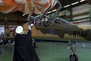 Iránsky prezident Hasan Rúhání máva pilotom v kokpite stíhačky.
