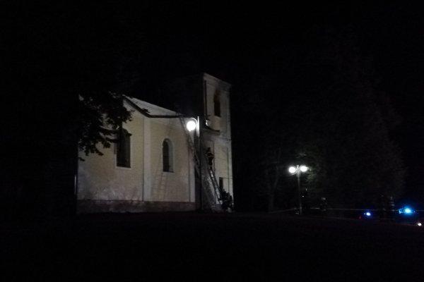 Oheň zachvátil kaplnku v noci.