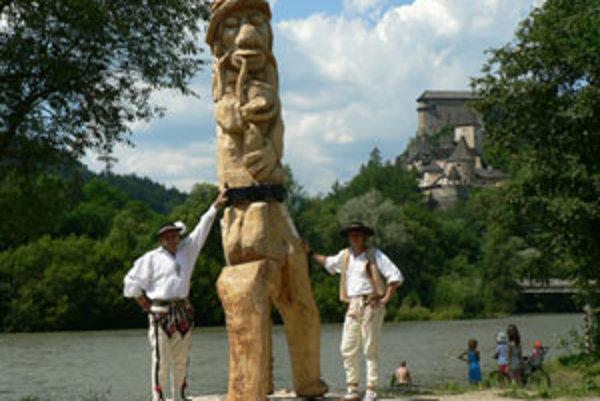 Oravský Podzámok má novú atrakciu priamo pri brehu rieky - dreveného vodníka.