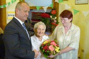 Pri príležitosti 95. narodenín jej odovzdal kríž vojnového veterána minister obrany P. Gajdoš. Prítomná bola aj jej dcéra Anna.