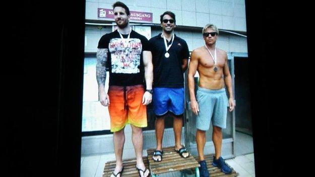 Vľavo Milán Nagy, v strede víťaz Milan Medo a domáci plavec. Maďarský plavec Milán Nagy znamená v preklade Milan Veľký – a meria cca 210 cm.