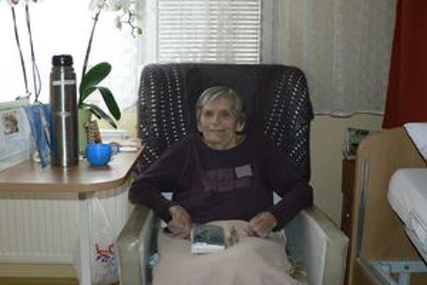 Storočná jubilantka kedysi rada vyšívala, dnes jej zdravie nedovolí hýbať sa. Preto väčšinu času trávi čítaním na svojej izbe v domove dôchodcov.