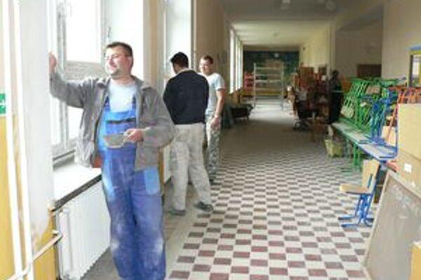 Škola v Istebnom už má nové okná a podlahy v triedach, teraz ju čaká vymaľovanie.