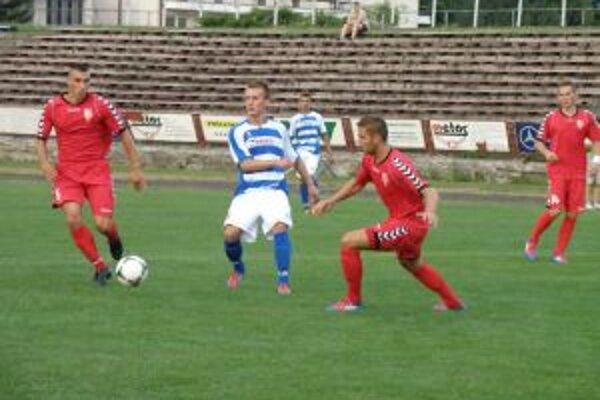 Futbalisti Pov. Bystrice (v bielom) sa proti Seredi nepresadili.