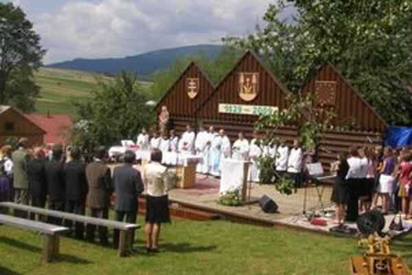 Slávnostná svätá omša sa konala priamo v amfiteátri.