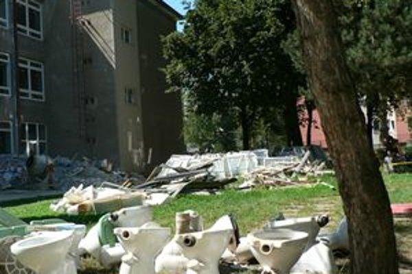 Pre rekonštrukciu sa žiakom ZŠ M. Kukučína predĺžili prázdniny. Takto to v areáli školy vyzeralo necelé dva týždne pred oficiálnym začiatkom školského roka.