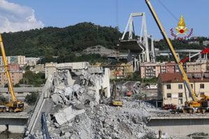 Hasiči prehľadávajú trosky zrúteného diaľničného mosta Ponte Morandi v Janove.