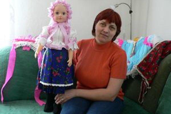 Iveta naposledy obliekla do kroja túto bábu. Bude darčekom k narodeninám pre dcéru jednej jej známej.