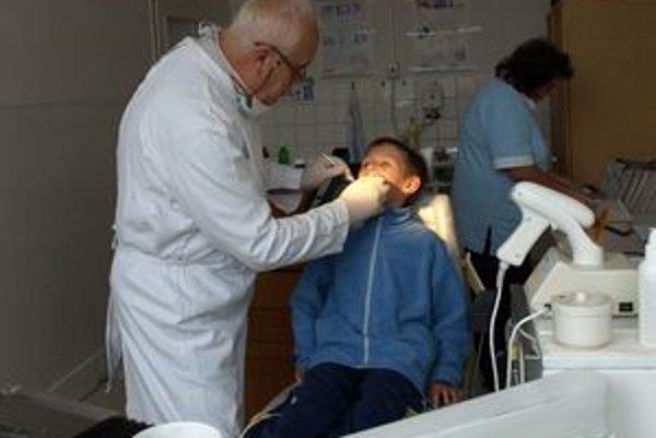 Zubár Viliam Roziak cestuje do Liesku každý štvrtok. Pravidelne tam robí povinné prehliadky nielen deťom z tunajšej školy a škôlky, ale i deťom zo školy v Čimhovej.