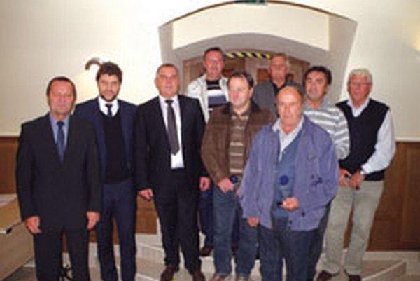 Ocenení funkcionári a rozhodcovia na spoločnej fotke s Pavlom Šípošom, Ladislavom Gádošim a Jaroslavom Rybanským.