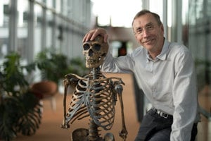 Svante Pääbo, hlavný autor štúdie a vedúci Ústavu Maxa Plancka pre evolučnú antropológiu v Lipsku, s replikou kostry neandertálca.
