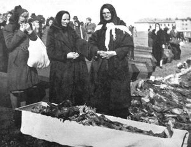 Exhumácia masového hrobu na Bukovinách.