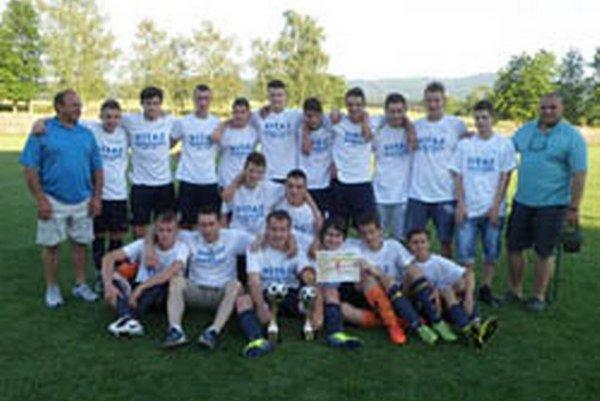 Horné Obdokovce vyhrali dorasteneckú súťaž. Okrem pohára získali od ObFZ Topoľčany aj sadu dresov.