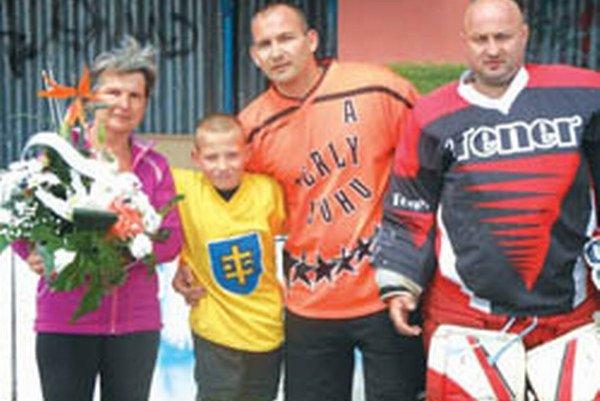 Rodina zosnulého Jozefa Benka – zľava manželka Marta, vnuk Martin, syn Martin a spoluorganizátor turnaja Miroslav Smékal.