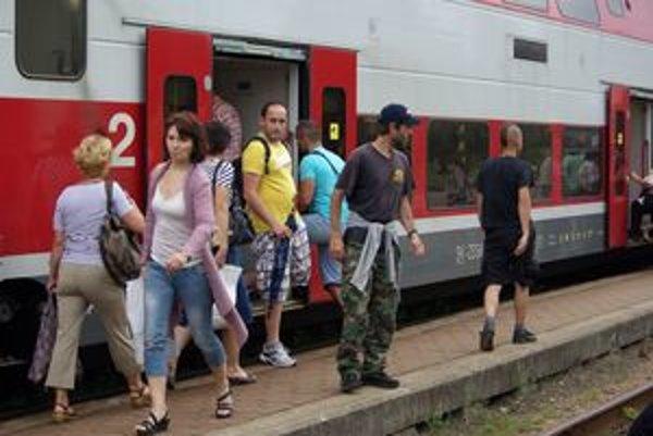 Jedným z osobných vlakov okolo 14. hodiny, ktorý chcú zrušiť, cestuje veľa ľudí.