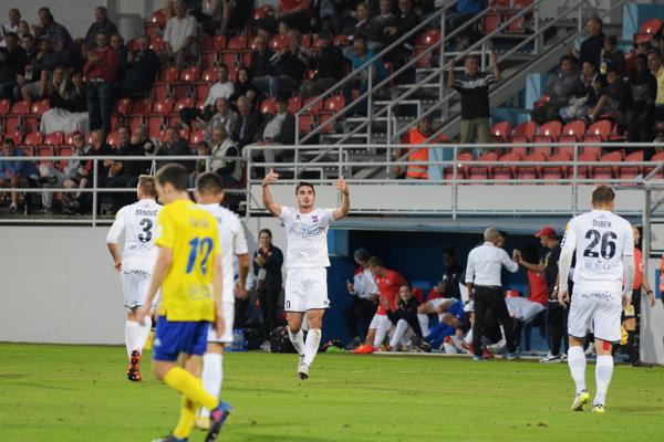 Skóre otváral Srb v službách FC ViOn Nikola Dimitrijevič (v strede).