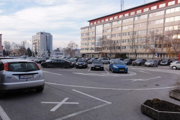 Parkovisko v centre. Aj na tomto mieste uvažuje mesto vybudovať parkovací dom. Pomôcť by mal investor.