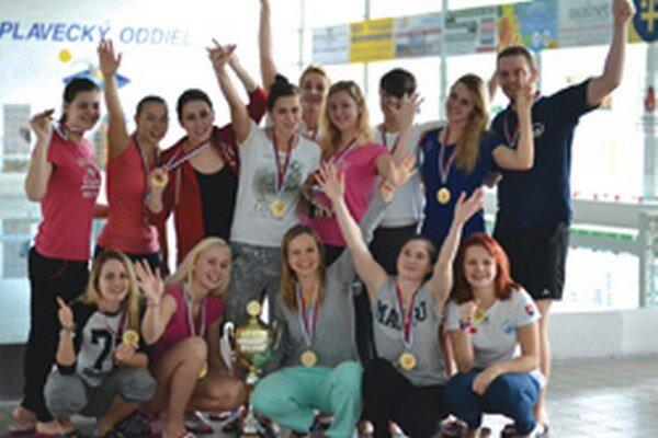 Ženy Topoľčian sa tešia zo zisku Slovenského pohára.