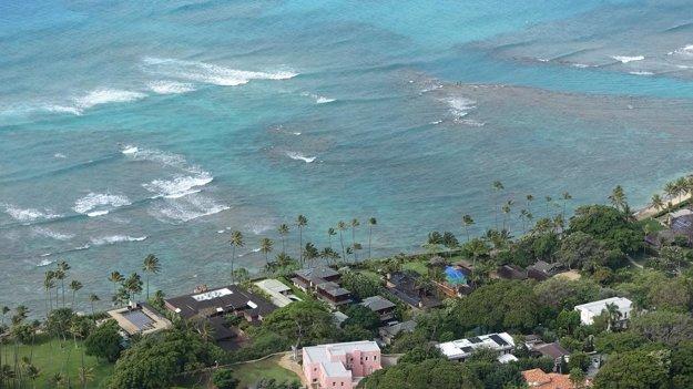 Koralový útes s vilami na ostrove Oʻahu. Pohľad z vyhasnutého krátera Diamond Head