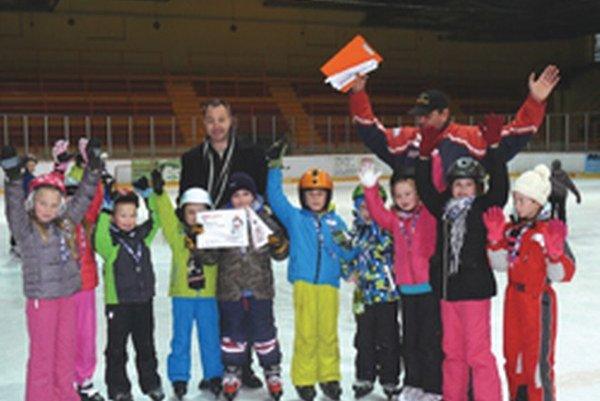Víťazi – druháci zo ZŠ Hollého Topoľčany s trénerom HC Milošom Paulovičom a generálnym manažérom HC Miroslavom Kleinom.