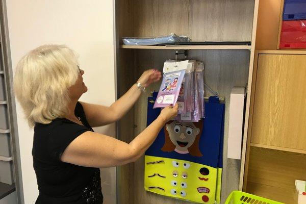 Psychologička Ľubomíra Dunčáková ukazuje miestnosť spomôckami pre prácu sdeťmi sPAS.