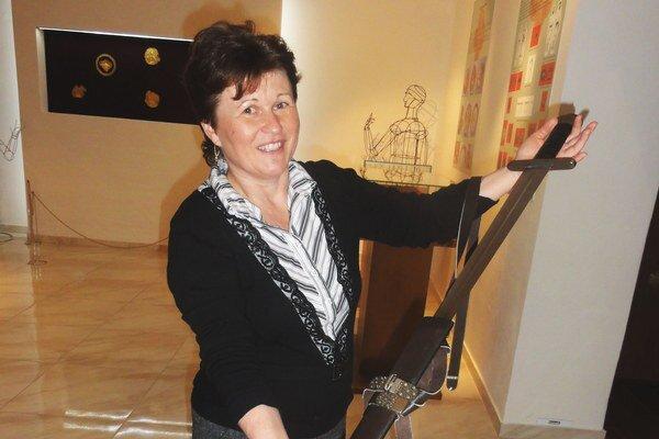 Renáta Kramárová sreplikou staroslovanského meča, ktorý patrí medzi exponáty múzea.