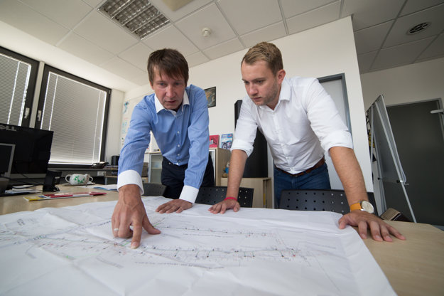 S Martinom Kapitulíkom nad mapou inžinierskych sietí. Spoločne chcú zaviesť systém do rozkopových povolení.