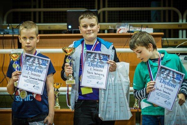 Patrik (v strede) na stupňoch víťazov.