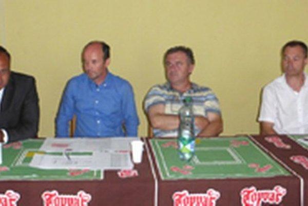 Zľava: primátor Topoľčian Peter Baláž, prezident HC Pavol Lepey, riaditeľ klubu Miloslav Minárik agenerálny manažér HC Miroslav Klein.