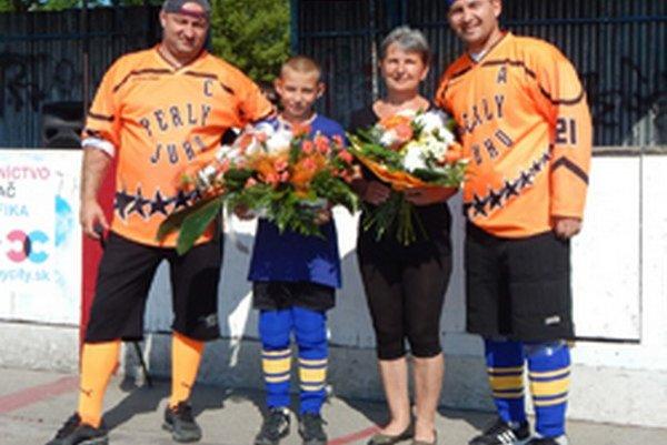 Rodina zosnulého Jozefa Benka – sprava syn Martin, manželka Marta, vnuk Martin aspoluorganizátor turnaja Miroslav Smékal.