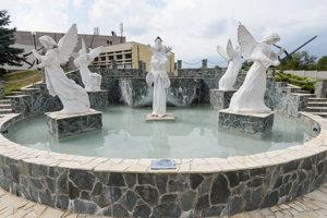 Názory na sochy na námestí sa rôznia.