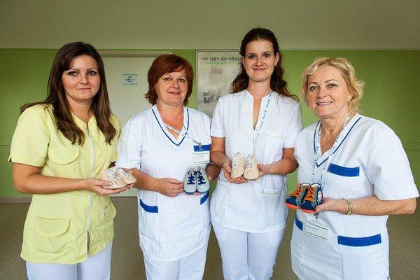 Tím oddelenia snovými topánočkami. Vďaka daru od firmy RICHTER Slovakia pôrodnica pripravila zaujímavú akciu. Každému novonarodenému dieťaťu venuje pár kvalitných topánočiek vyrobených vPartizánskom. Aj takto chce nemocnica pomôcť kzachovaniu dlhoročne